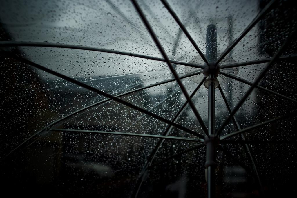 La lluvia cae porque las nubes no aguantan el peso