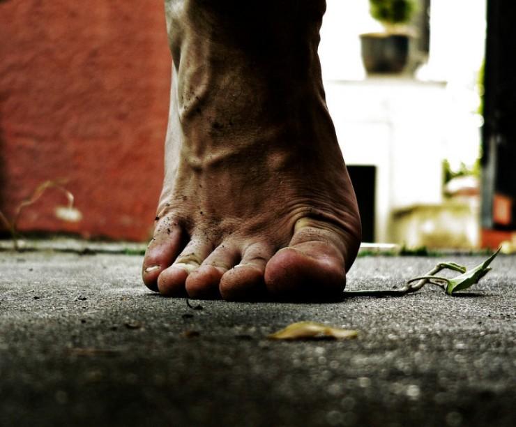 primer-plano-pie-descalzo-pisando-planta