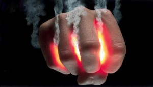 mano-brasa-ardiendo-humo