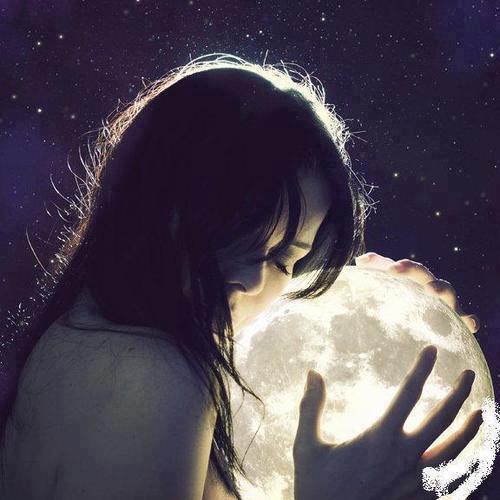 La luna no se refleja en el agua