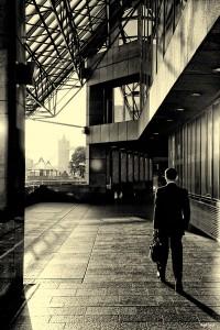 hombre-traje-maletin-alejandose