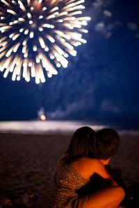 pareja-noche-fuegos-artificiales
