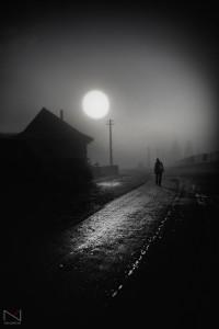 b&n-hombre-viajero-camino-niebla-luna-llena