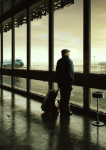 anciano-aeropuerto-ventanal