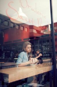 mujer-pensativa-cafeteria-cafe