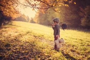 niño-petate-peluche-despedida-viaje-by-Ľubomír-Červenec