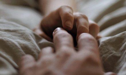 Sentí su mano junto a la mía